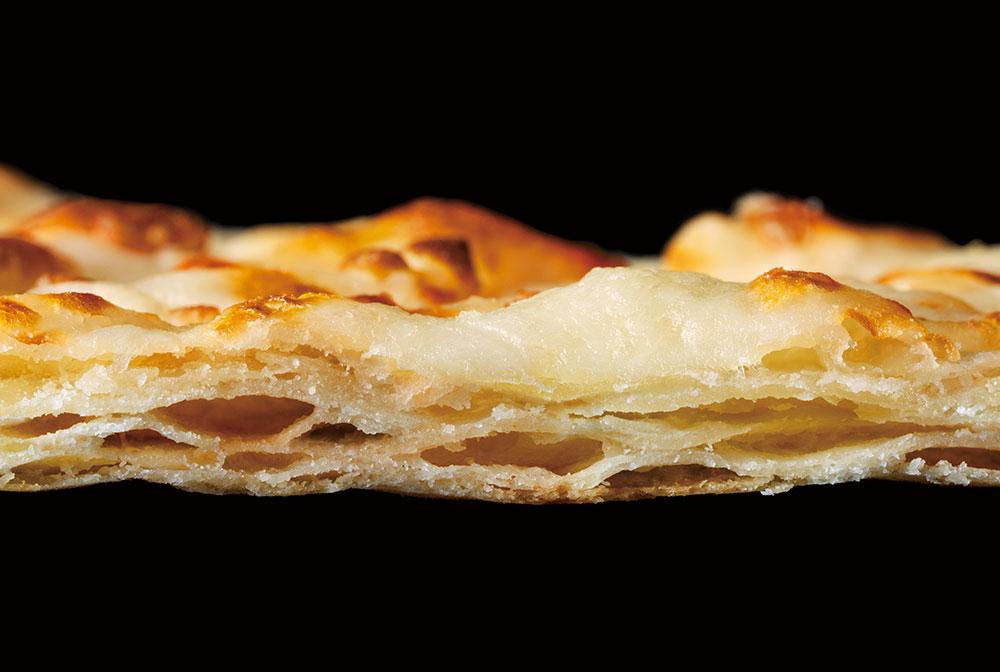 ピザハットの「新クリスピー生地」は、そのまま、味わってほしいくらいの生地です。